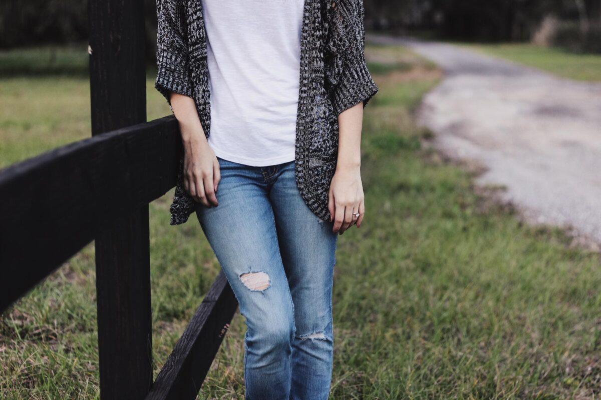 Damskie jeansy – 3 modne stylizacje do pracy