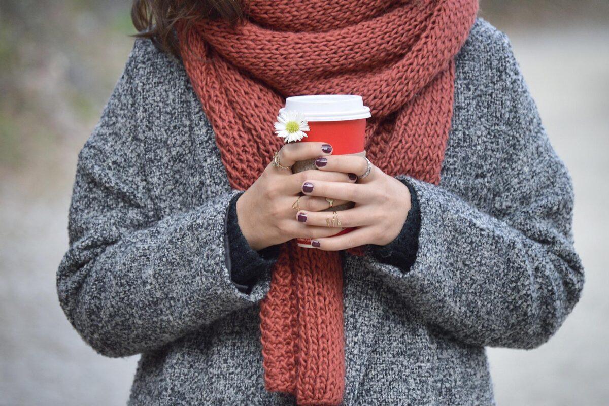 3 pomysły na zimowe stylizacje z ciepłym swetrem w roli głównej