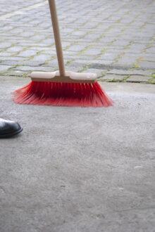 Sprzątanie wokół firmy