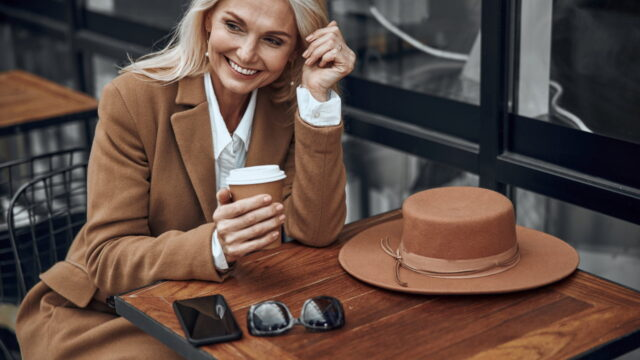 https://superweb.com.pl/wp-content/uploads/2020/09/dojrzala-elegancka-kobieta-siedzi-z-kawa-przy-stoliku-kawiarnianym-640x360.jpeg