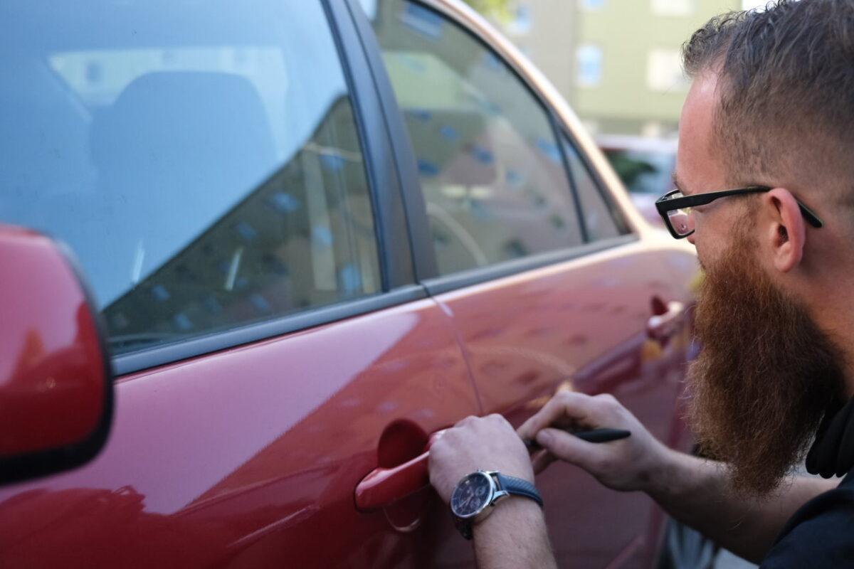 Zatrzaśnięte kluczyki w samochodzie? To nie powód do zdenerwowania