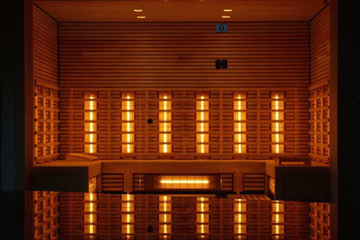 Sauna infrared – czym się różni od zwykłej sauny i jakie są jej zalety?