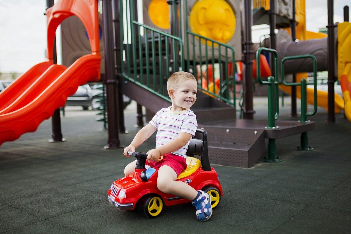 Czy warto aranżować w ogrodzie plac zabaw dla dzieci?